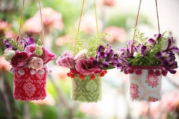 Милые подвесные тканевые горшочки, сделанные на основах из пластиковых бутылок
