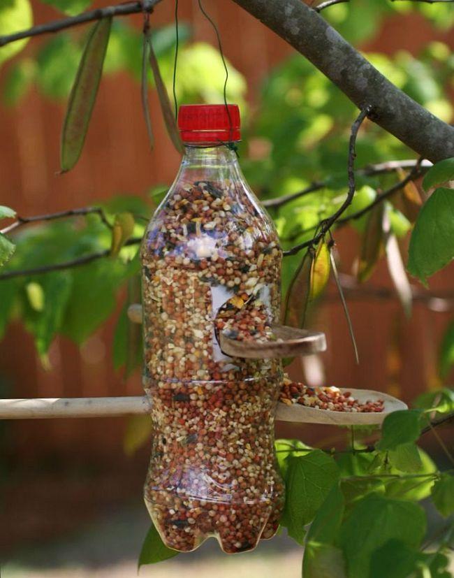 Кормушка для птиц из пластиковой емкости