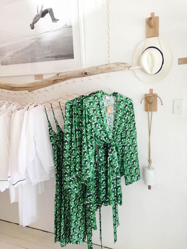 Потолочная сушилка для белья на балкон. Самодельная сушилка для белья (также можно использовать как вешалку или стойку для одежды) из отшлифованной крупной ветки дерева