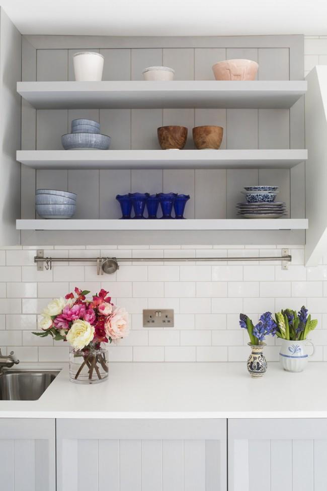 Самый базовый вариант: обычный прямой рейлинг средней длины, с S-образными крючками для кухонной утвари