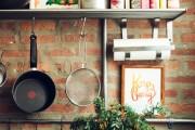 Фото 1 Рейлинги для кухни (50 фото): удобные «вешалки» для полезных мелочей