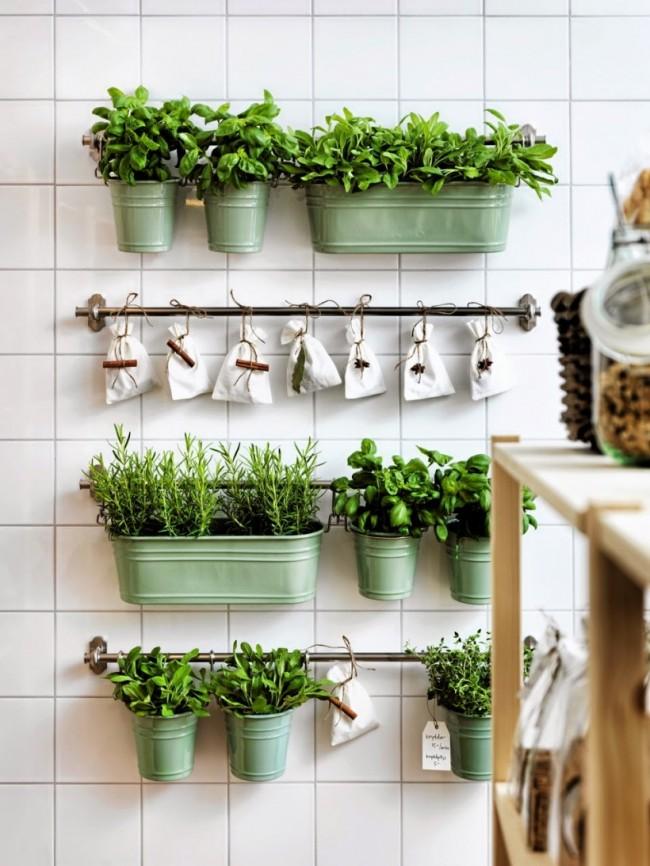 В магазинах кухонной атрибутики есть большой выбор разнообразных подвесных емкостей, подставок и держателей для рейлинговых систем