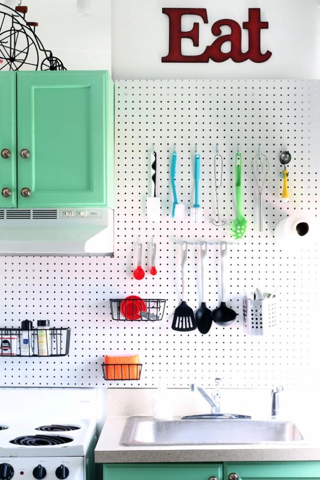 Рейлинги удачно сочетаются с перфорированными панелями, что делает кухню еще более функциональной