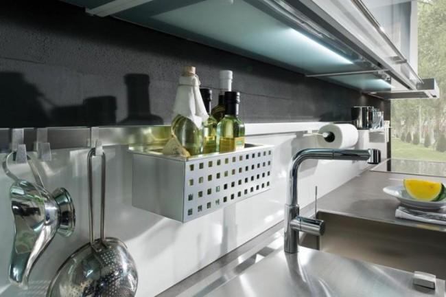 Рейлинг из шлифованного металла на стыке двух цветов кухонного фартука: оригинально, аккуратно и очень функционально