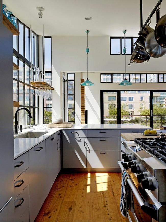 Потолочные рейлинги из разных материалов над рабочей поверхностью и кухонным островом