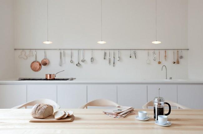 Принято считать, что в стиле минимализм рейлинги для открытого хранения кухонных принадлежностей нежелательны, но некоторые варианты (прямая форма, ненагруженность, минимум цветов) все же допустимы и даже стильны