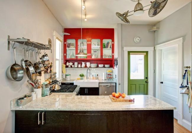 Удобная рейлинговая система-полка в кухне в стиле ретро