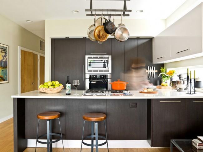Подвесная рейлинговая система очень удобна на островных кухнях и над барными стойками