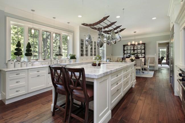 Рейлинговая система с потолочным креплением на кухне в американском стиле