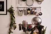 Фото 19 Рейлинги для кухни (50 фото): удобные «вешалки» для полезных мелочей