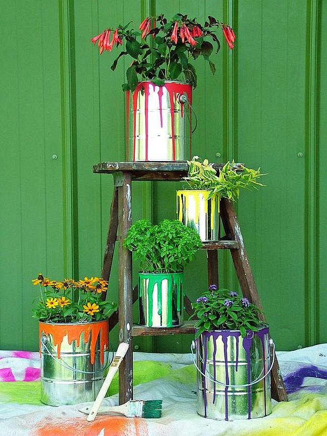 Украшения для сада своими руками. Простой, но очень красивый декор: вазоны для цветов из банок для краски с потеками. Цвет потеков краски можно подбирать к цветам и листьям растения
