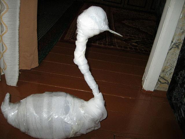 Украшения для сада своими руками. Пошаговое руководство: делаем лебедя из плотного полиэтилена и пластиковой бутыли. Шаг 2