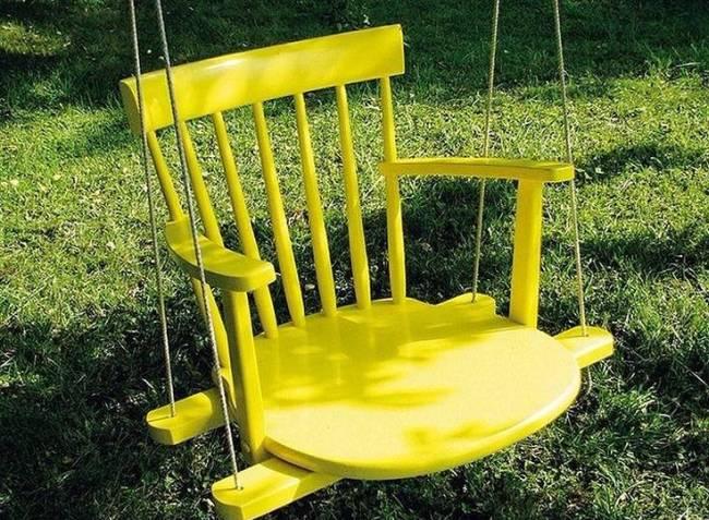 Украшения для сада своими руками. Садовые качели из старого стула, выкрашенного в яркий цвет, точно не испортят ни один ландшафт