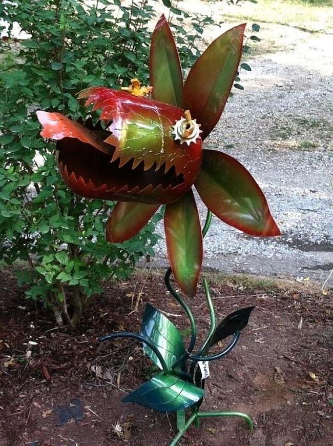 Украшения для сада своими руками. Зубастый цветок из пластиковых бутылок, который порадует вас и ваших гостей-любителей научной фантастики