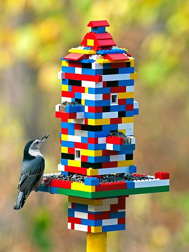 """Украшения для сада своими руками. Минимум усилий понадобится для создания яркого скворечника с кормушкой из конструктора Лего, из которого """"выросли"""" дети"""