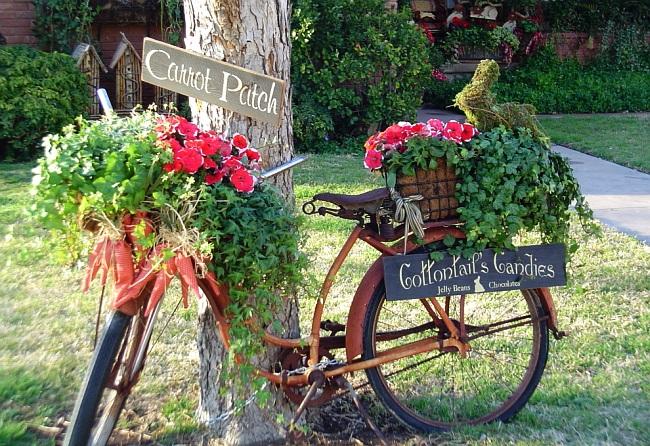 Украшения для сада своими руками. Старыми велосипедами стало популярным украшать садовые участки, ведь они очень подходт на роль подставки для горшков кадок и вазонов. Велосипед можно полностью выкрасить, например, в белый цвет
