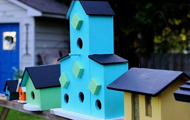 Украшения для сада своими руками. Скворечники можно делать разноцветными или даже разрисованными и даже многоэтажными с кормушками для многих птиц
