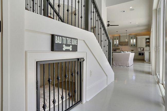 Мини-вольер внутри дома, необходимый для кратковременной изоляции питомца. Вариантов здесь бесконечное множество, один из популярных - использование свободного места под лестницей на второй этаж