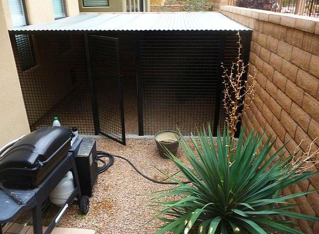 Возле частного дома может отыскаться уголок, идеально подходящий для быстрого возведения простого крытого вольера,  например, между стеной дома и оградой участка