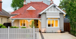 Крыша из металлочерепицы (56 фото): надежность, эстетичность и простота монтажа фото