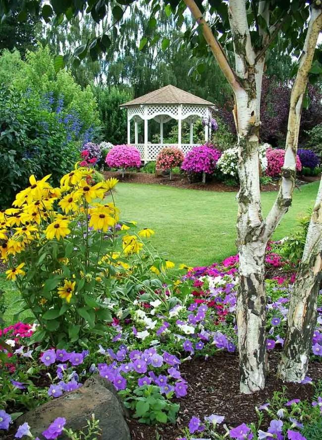 Садовая узкая дорожка, находящаяся в большом цветнике способна значительно упростить уход за ним