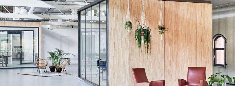 В Амстердаме построили офисы для компании Fairphone в здании старого склада с использованием вторичных материалов