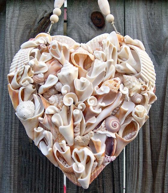 Композиция из ракушек в виде сердца