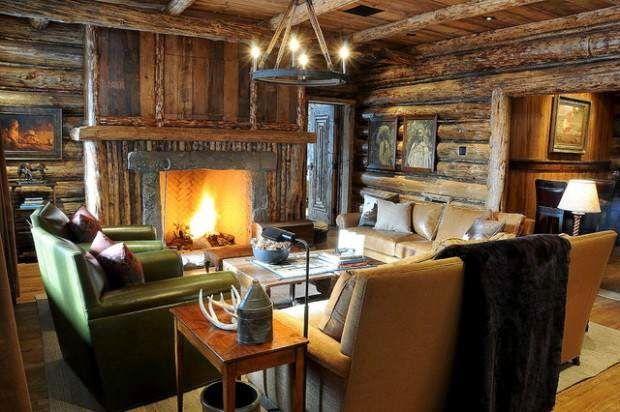 Комфортная гостиная в доме из оцилиндрованного бревна