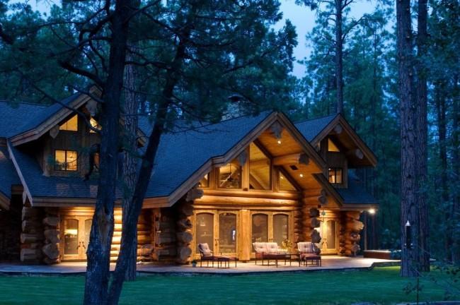 Красивый домик из оцилиндрованного бревна