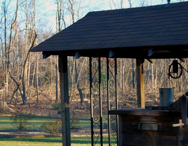 Если оформить домик для колодца, ориентируясь на остальные объекты загородного участка, можно добиться создания целостной композиции