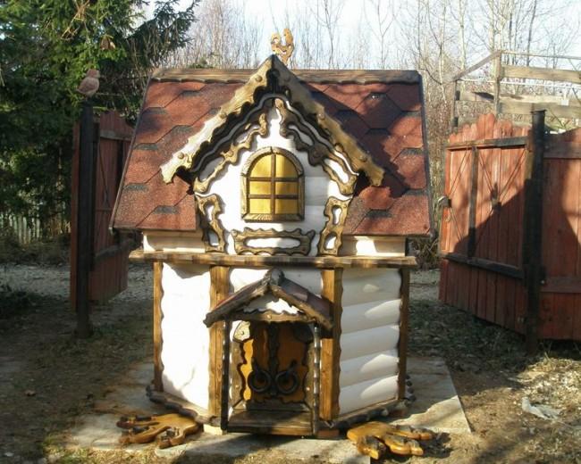 Домик для колодца с резными декоративными элементами