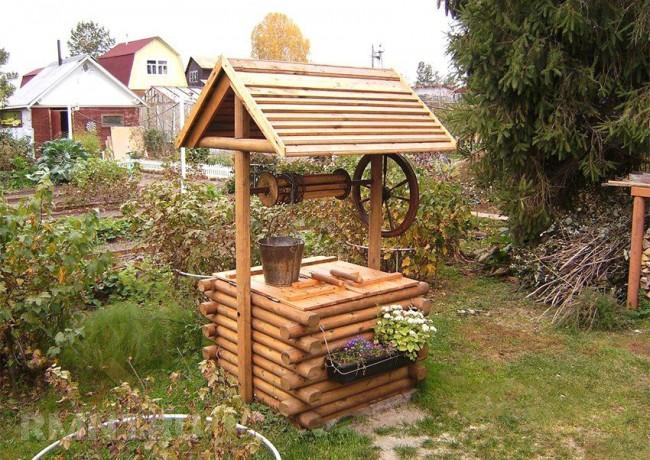 Деревянный домик для колодца будет прекрасно смотреться на дачном участке