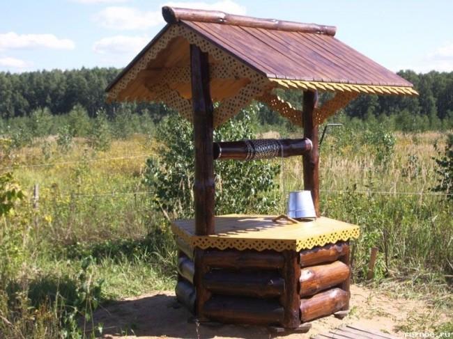 Колодец достоин украшения в виде резных элементов на деревянных изделиях