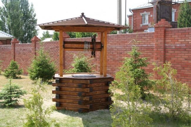 Домик для колодца с деревянным шестигранным основанием