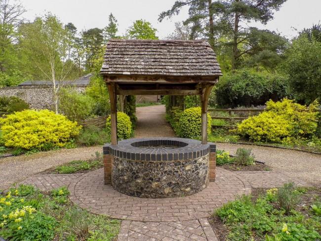 Колодец послужит прекрасным украшением сада