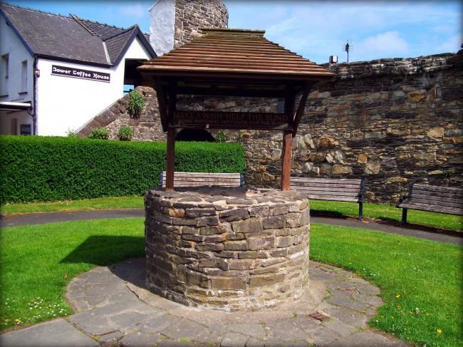 Домики для колодцев из камня особенно хорошо сочетаются с другими аналогично оформленными зданиями на участке
