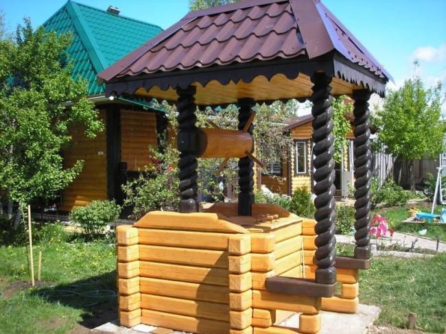 Домик для колодца с резьбой по дереву