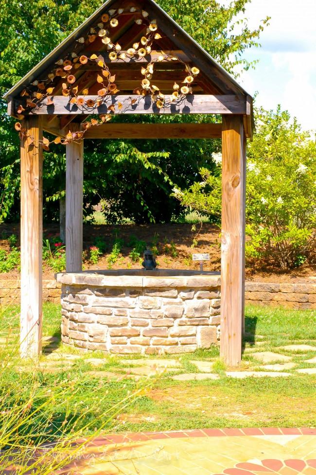 Домик для колодца в старинном стиле