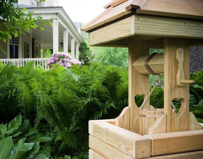 Домик для колодца из дерева ценится экологичностью материала, доступность, красотой и долговечностью.