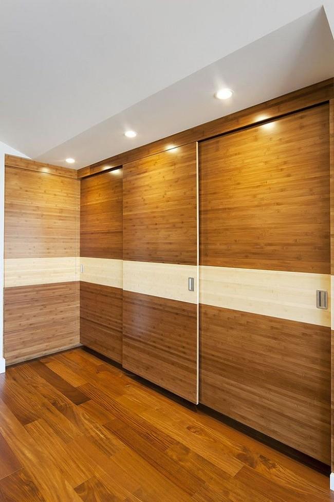 Угловая гардеробная с деревянной дверью