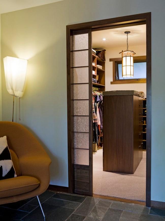 Раздвижная дверь из дерева и стекла