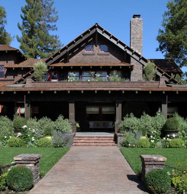 Террасы, балконы и высокие окна позволяют наслаждаться окружающим ландшафтом