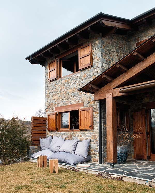 Для перехода каменной части в деревянную необходим условием является гидроизоляционный слой