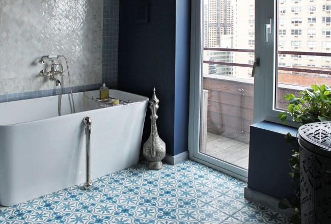 Благодаря своим свойствам виниловая плитка отлично подойдет для ванной комнаты