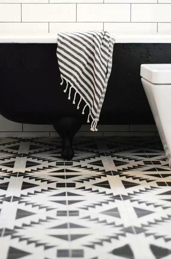 Ванная комната со стильным полом из кварц-виниловой плитки