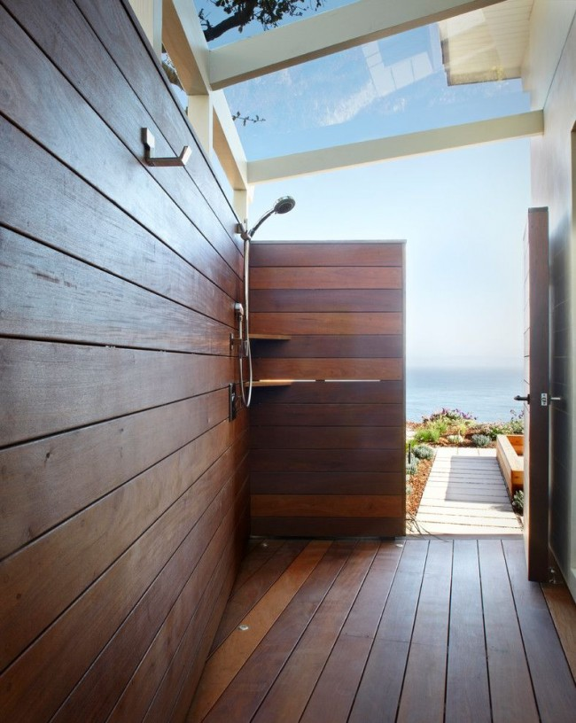 Летний душ из дерева в современном стиле