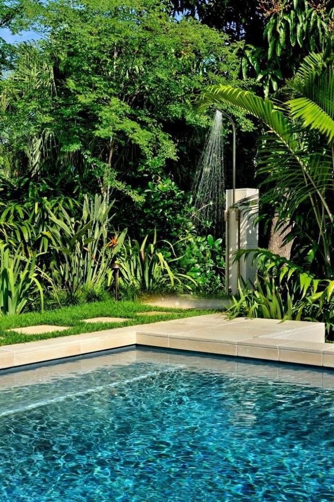 Летний душ возле бассейна