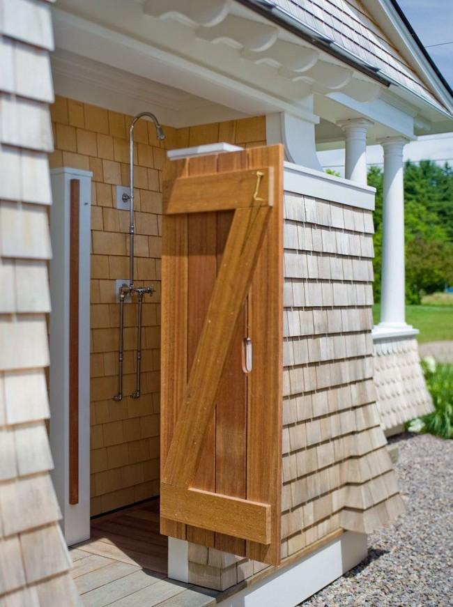 Летний душ у стены дома с поступлением воды из общего водопровода