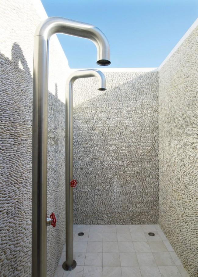 Красивый душ с декоративными стенками из гальки