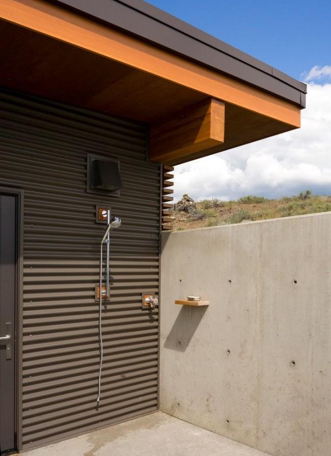Летний душ относится к хозяйственным сооружениям, необходимым для комфортного времяпровождения на загородном участке